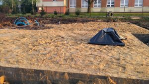 Zagęszczony piasek pod płytę fundamentową