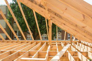 podpora krokwi montaż OSB na dachu