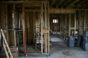 wiązka przewodów w konstrukcji domu szkieletowego