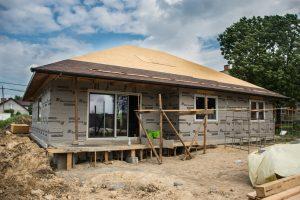 gonty bitumiczne na dachu w domu szkieletowym
