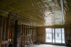 sufit podwieszany w domu szkieletowym