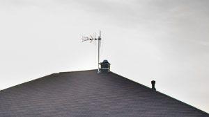 antena DVB-T na maszcie przy kominie